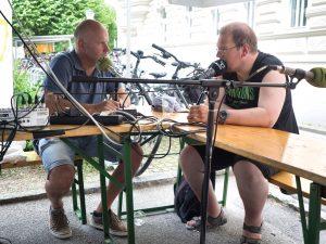 Ein Foto mit Walter Klinger und einem Lebenshilfe-Clienten im Radiogespräch
