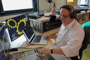 Reinhard Kober bereitet sichmit seinem Laptop im Studio vor