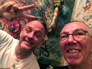 Robert Herbe mit David Hause vor einer Grafitti-Wand