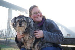 Ein Bild von Tina Hillebrand und Hund Stanley